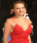 Natalie Portman gets caught changing her top