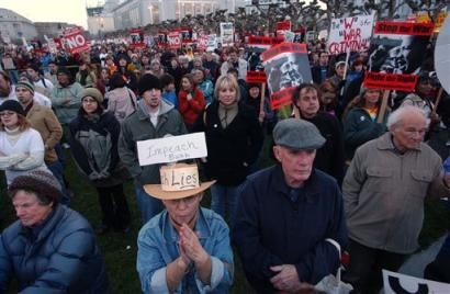 The crowd of protesters at the inauguration of the monkey 2 012005
